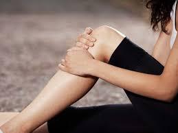 douleurs au genou les causes et traitements possibles femme