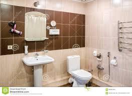 badezimmer in warmem färbt mit einer toilette eine