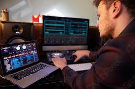foto auf lager junge mann komponieren musik auf laptop computer im schlafzimmer