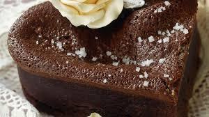 schokoladenkuchen in herzform mit mandeln