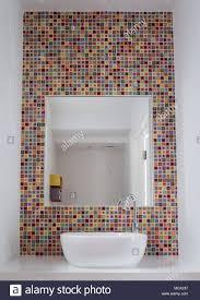 badezimmer waschbecken mit bunten glas mosaik fliesen und