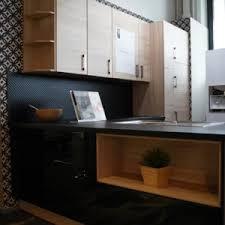 nobilia focus moderne l küche in schwarz mit oberschränken aus echtholzfurnier