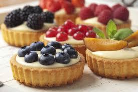 kuchen mit vanillepudding und verschiedenen früchten