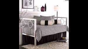 gemütliche sitzecke tagesbett metall wohnzimmer gestalten