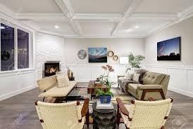 lovely handwerker stil wohnzimmer mit kassetten decke über helle beige wände mit board und latten holz verkleidung stein ecke kamin und gemütliche