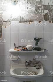 vorbereitung der reparatur im bad alte fliesen entfernen stockfoto und mehr bilder abbrechen