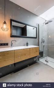graue badezimmer mit begehbarer dusche und arbeitsplatte
