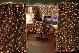 Cubicle Decoration Themes In Office For Christmas by 9 Cubicle Dwellers With Serious Christmas Spirit Mnn Mother