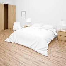 schlafzimmer oder hotelzimmer mit doppelbett mit weißer