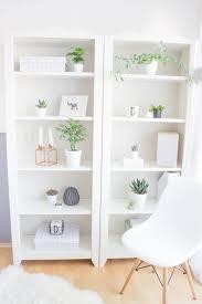 ein regal voller pflanzen bücherregal diy wohnzimmer