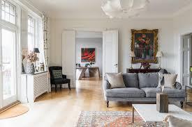 klassisches wohnzimmer mit flügeltür im bild kaufen