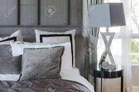 modernes schlafzimmer design in schwarz und weiß farbschema mit modernen le auf beistelltisch