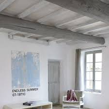 repeindre un plafond avec poutres en bois apparentes côté maison
