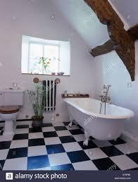 roll top badewanne und schwarz schachbrett whiteboard