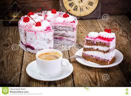 tasse kaffee kuchen mit sahne und kirsche stockfoto bild