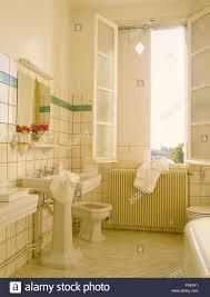 sockel waschbecken und bidet im badezimmer fliesen