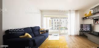 wohnzimmer mit blauem sofa stockfoto und mehr bilder architektur