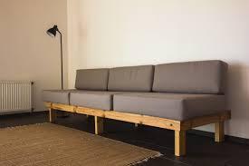 die stilvolle boho komposition im wohnzimmer mit grauem