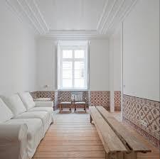 weisses sofa an wand gegenüber rustikale bild kaufen