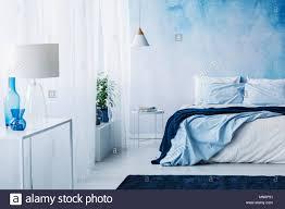 entspannende schlafzimmer einrichtung mit weißen und blauen