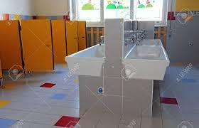 im badezimmer der kindergarten mit weißen waschbecken und türen gelb