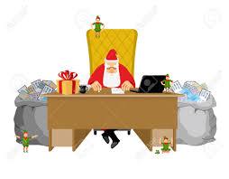 Mala Santa Claus Leyendo Cartas De Niños Arrugándolas Y