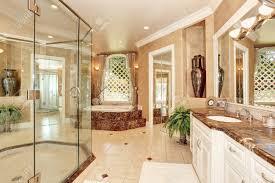 schöne luxus marmor badezimmer interieur in beige farbe große badewanne mit stufen und große glas begehbare dusche northwest usa