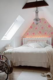 romantisches schlafzimmer im dachzimmer bild kaufen