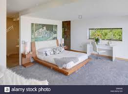 moderne schlafzimmer mit ensuite badezimmer getrennt durch