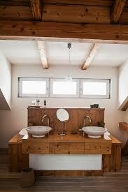 badezimmer mit holzdecke und waschtisch bild kaufen