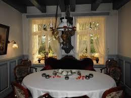 ein großer runder tisch im mühlen restaurant da ist fü 10