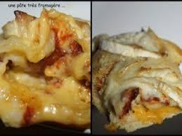 pizza à la pâte moelleuse et épaisse avec le fromage dans la pâte