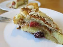croissant pudding kuchen mit apfel erdbeere und brombeere