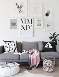 plaid sur canapé gris et plaid
