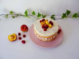 cake mit himbeeren und pfirsichen zuckerkruemel