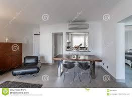 moderne wohnung mit weißen wänden und hellgrauem boden