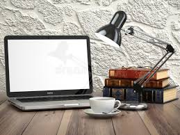 le bureau vintage ordinateur portable avec les livres et la tasse de café sur le
