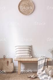 kissen und decke auf holzbank neben taschen in natürlichen weißen wohnzimmer interieur echtes foto stockfoto und mehr bilder beige