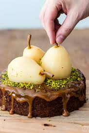 schoko mohn kuchen mit pistazien karamell und pochierten