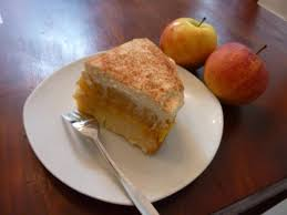 kleine apfel pudding torte mit sahne und zimt