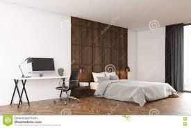 angenehmes schlafzimmer mit computer und großem bett