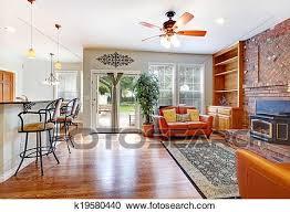 luxus wohnzimmer mit türen to hinterhof stock bild