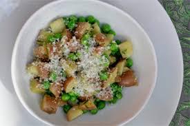 cuisiner des petit pois frais pommes de terre aux petits pois frais pesto herbes fraiches