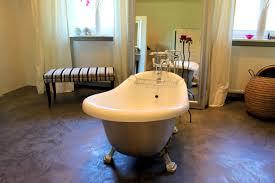 spachtel boden in einem luxus badezimmer betonboden