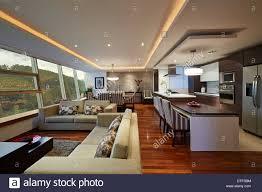 innenausstattung großes modernes wohnzimmer und küche