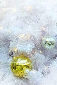 goldene weihnachtskugel elemente auf weißem kuchen und gelb bokeh form led beleuchtung hintergrund in frohe weihnachten und happy new year festival
