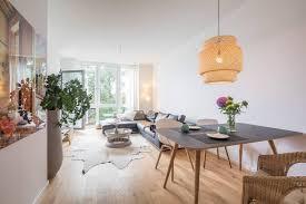 ein designer esstisch in einem modernen wohn essbereich