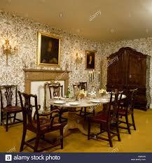 antiker tisch und stühle im land esszimmer mit tapeten und