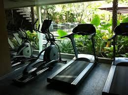 salle de fitness avec vue sur jardin photo de sukhumvit 12