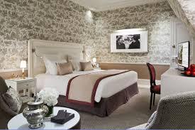castel femme de chambre un homme et une femme suite hôtel barrière le normandy deauville